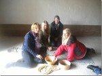 Schüler mahlen Weizenkörner zu Mehl