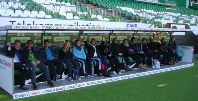 Unsere Sportbiologen auf der Bank von Werder Bremen. (Foto: Canisiusstift/Wermert)