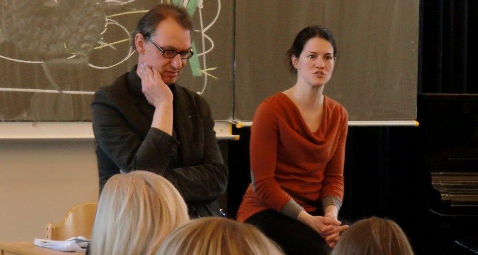 Der Dramaturg Michael Jezierny und die Schauspielerin Carolin M. Wirth diskutieren nach der Aufführung mit den Schülerinnen und Schülern.