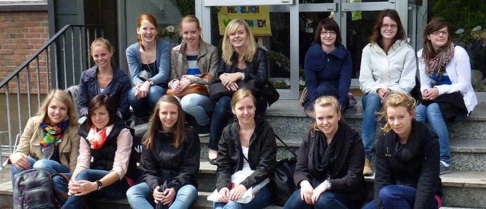 Die Praxisgruppe der FOS 11a war gemeinsam mit ihrer Fachlehrerin Angela Heying auf einer Exkursion in die Berufspraxis. (Foto: SMMP/Heying)