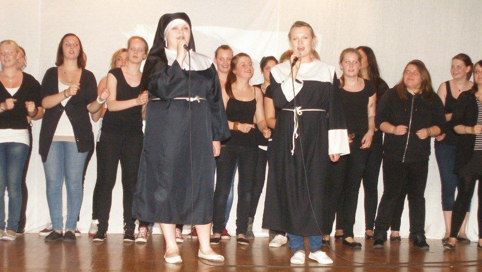 """Schülerinnen und Schüler der HBFS 11 und 12 gestalten das Bühnenprogramm """"Spots in Motion"""". (Foto: SMMP/Müller)"""