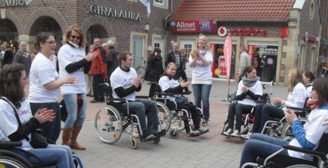 Flashmob in der Ahauser Innenstadt: In jedem steckt ein Titan. (Foto: SMMP/Passerschröer)