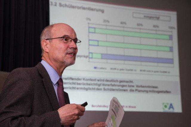 Dr. Egon Kazek stellt den Lehrerinnen und Lehrern die Ergebnisse der Qualitätsanalyse vor. Foto: SMMP/Bock