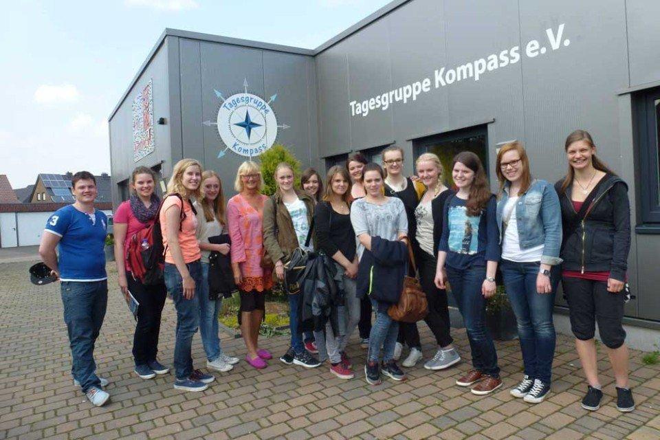 Praxisorientierten Unterricht konnten die Schülerinnen und Schüler der FOS-11-A bei ihrem Besuch der Tagesgruppe Kompass e.V. in Ahaus erleben