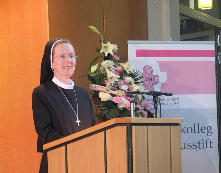 Unsere Schulleiterin, Schwester Maria Manuela, beglückwünscht die Absolventen und begrüßt die anwesenden Gäste in ihrer Ansprache. (Foto: SMMP)