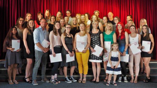 Die staatlich anerkannten Erzieherinnen und Erzieher des Canisiusstifts freuen sich über ihren Abschluss.