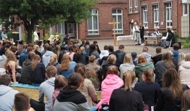 Im Park unserer Schule feierte unsere Schulgemeinde den Gottesdienst vor den Sommerferien. (Foto: SMMP/Müller)