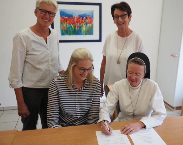 Schwester Maria Manuela Gockel unterzeichnet die Kooperationsvereinbarung zur Praxisausbildung. (Foto: SMMP/Müller)