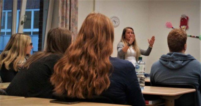 """Nina Thyhatmer, Erzieherin und Videohometrainerin, referiert vor den interessierten Studierenden des Oberkurses der Fachschule für Sozialpädagogik zum Thema """"Fetales Alkoholsyndrom"""" (FASD). (Foto: SMMP/Passerschröer)"""