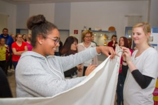 Nach und nach hinterlassen die Schülerinnen und Schüler sowie die Lehrerinnen und Lehrer ihren Fingerabdruck bei der Aktion gegen Rassismus. Foto: SMMP/Ulrich Bock