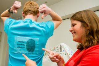 """""""Welche Hautfarbe siehst Du?"""" steht auf den farbigen T-Shirts zu der Aktion. Foto: SMMP/Ulrich Bock"""