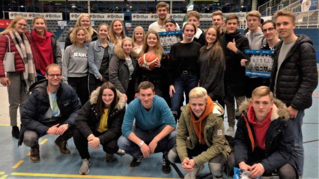 Anton Geretzki, Powerforward der WWU Baskets Münster, (hintere Reihe) nahm sich viel Zeit für den Leistungskurs Sport 11, um seinen Sport zu erklären. (Foto: SMMP/Krüskemper)