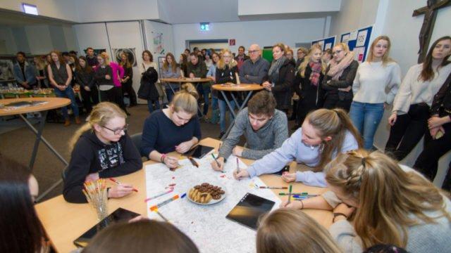 Viel Betrieb herrschte schon bei der einleiteneden Informationsrunde in der Aula des Berufskollegs. Foto: SMMP/Ulrich Bock