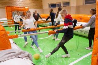 Viel Bewegung gab es auch beim Menschenkicker-Turnier in der Sporthalle. Foto: SMMP/Ulrich Bock