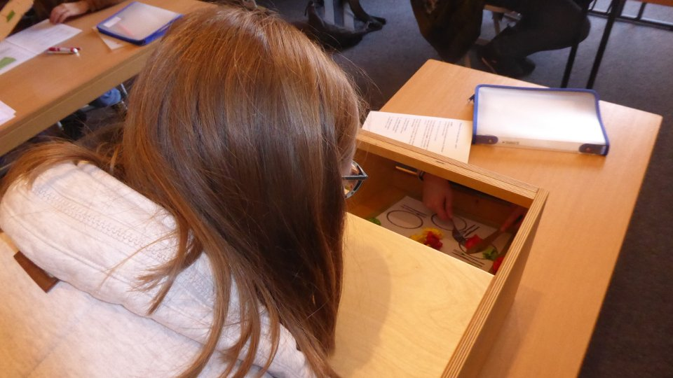 In einen Spiegel blickend mit Messer und Gabel zu hantieren, fiel den meisten Schülerinnen und Schülern schwer. (Foto: SMMP/Schmitz)
