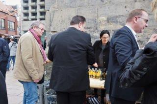 Nach dem Konzert gab es vor der Kirche noch zahlreiche Kontakte beim Stehempfang mit Imbiss. (Foto: SMMP/Müller)