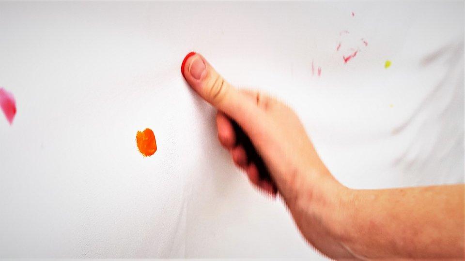 Einer der vielen farbigen Fingerabdrücke als ein Zeichen gegen Rassismus und Intoleranz. (Foto: SMMP/Passerschröer)
