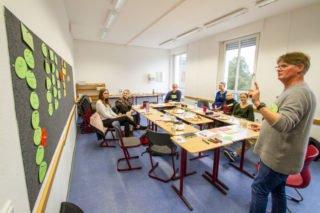 Dr. Udo Marquardt von der GFS Fundraining Solutions HmbH bringt an der Onnwand schon einmal Struktur in die Vorbereitung des Schnuppertages. Foto: SMMP/Ulrich Bock