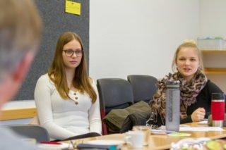 Louisa Hörmann (l.) und Theresa Oing nehmen viele Anregungen aus dem Workshop mit. Foto: SMMP/Ulrich Bock