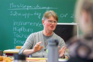 """Dr. Udo Marquardt macht den Schülerinnen Mut: """"Fragen Sie. Nur wer fragt, erhält auch Antworten. Sie haben nichts zu verlieren."""" Foto: SMMP/Ulrich Bock"""