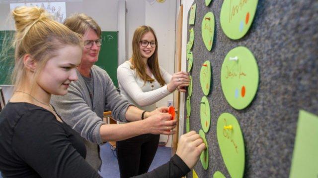Theresa Oing, Dr. Udo Marquardt und Louisa Hörmann (v.l.) vor der Wand, an der sie ihren Buisiness-Plan entwickelt haben. Foto: SMMP/Ulrich Bock