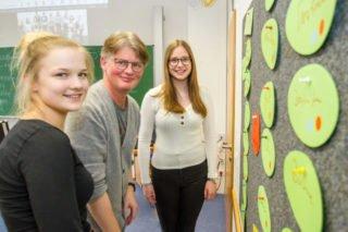 Theresa Oing, Dr. Udo Marquardt und Louisa Hörmann bei dem Workshop im Februar vor der Wand, an der sie ihren Buisiness-Plan entwickelt haben. Foto: SMMP/Ulrich Bock