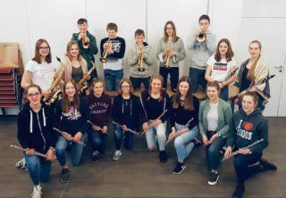 Louisa Hörmann und Theresa Oing (zweite Reihe v.l. mit Saxophon) engagieren sich für das Jugendorchester des Musikvereins Epe. Foto: Jugendorchester Musikverein Epe