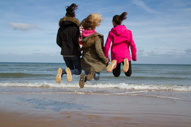 Luftsprünge in der Normandie - 2022 fährt die gesamte Schulgemeinschaft des Berufskollegs Canisiusstift an die Gründungsorte der Schwestern der heiligen Maria Magdalena Postel. Foto: SMMP/Andreas Beer