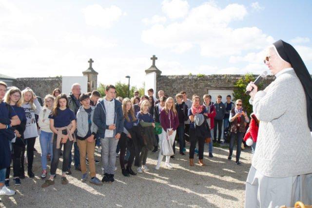 Schwester Gratia Feldmann SMMP erläutert den Schülerinnen und Schülern der Engelsburg die besonderen Lebensumstände Maria Magdalena Postels während der Französischen Revolution. Foto: SMMP/Ulrich Bock